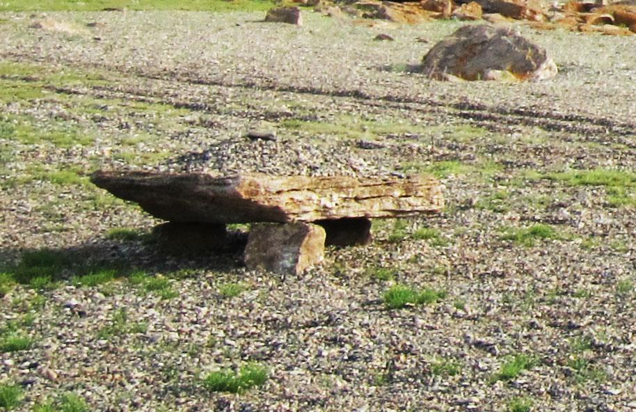 Загадочная плита с камнями