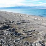 Сдвинутые на край следа камни, продольные полосы-полозья, берег Хяргаса